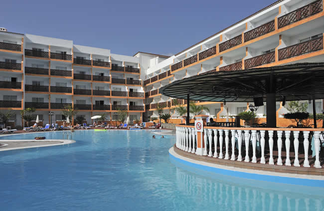 Aparthotel puerto santiago tra le scogliere di los for Piscina natural de puerto santiago